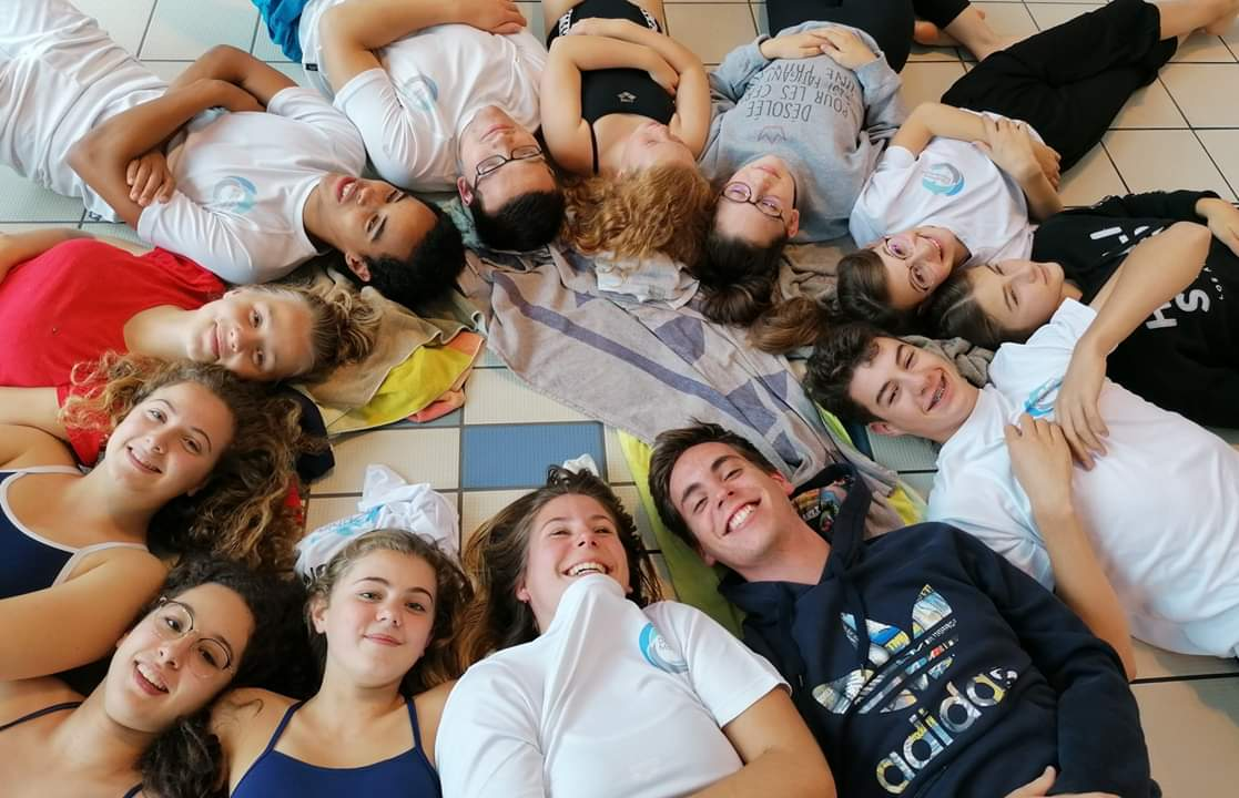 les nageurs allongés en rond